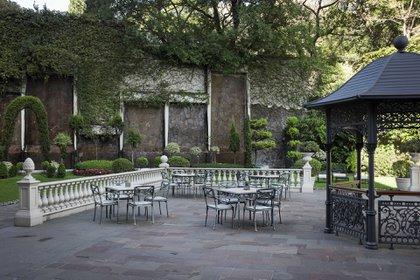 Los jardines del hotel ubicado en Av. del Libertador 420, en el barrio porteño de Recoleta
