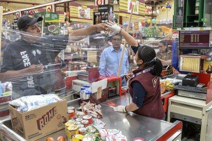 La pandemia modificó muchos usos y costumbres, como el modo de hacer compras (Photo by MARIO VAZQUEZ / AFP)