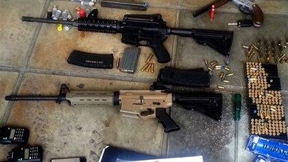 """Parte del arsenal incautado a la """"banda del M-16"""", investigada por el fiscal Paul Starc."""