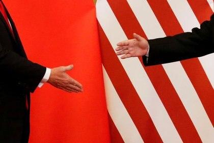 FOTO DE ARCHIVO: El presidente de Estados Unidos, Donald Trump, y el presidente de China, Xi Jinping, se dan la mano después de hacer declaraciones conjuntas en el Gran Salón del Pueblo en Beijing, China, el 9 de noviembre de 2017.  REUTERS/Damir Sagolj