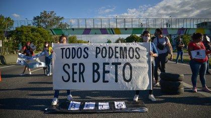 Esta tarde, familiares y amigos cortaron la autopista en reclamo de justicia (Gustavo Gavotti)