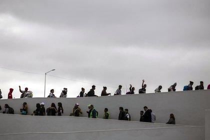 Centenares de migrantes quieren pedir asilo humanitario en el cruce fronterizo(AFP / Guillermo Arias)