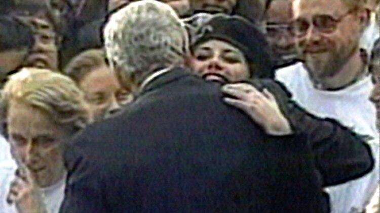 Monica conservó un vestido manchado con semen de Bill Clinton (Foto: AP)