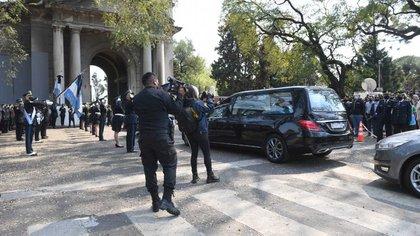 El ingreso del cortejo fúnebre de despedida al policía Juan Pablo Roldán al cementerio de Palermo. (Maximiliano Luna)