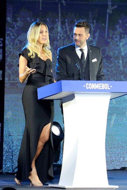 La presentadora brasileña Bárbara Coelho (i) y el argentino Pablo Giralt, el sorteo de las copas Libertadores y Sudamericana de 2019 que se celebró en el Centro de Convenciones de la Conmebol en Luque (Paraguay) (EFE)