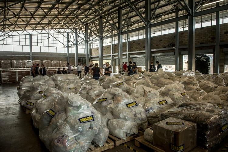 Bolsas de ayuda humanitaria destinadas para las familias necesitadas de Venezuela en una bodega del lado colombiano del puente fronterizo Credit. (Meridith Kohut/The New York Times)
