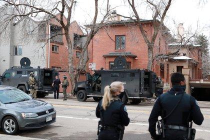 Oficiales del orden toman sus lugares en el perímetro de una casa en Boulder como parte de su investigación sobre un tiroteo en la tienda de comestibles King Soopers (Reuters)
