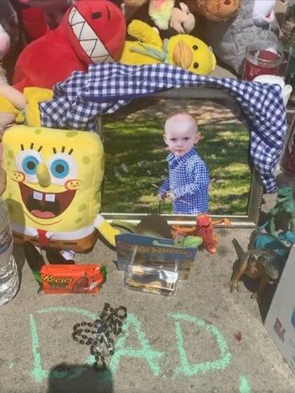Tetangga mendirikan tugu peringatan di luar rumah anak-anak. Foto: (halaman Facebook Laura Diaz)