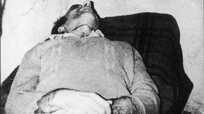 El sábado 23 de agosto, el PRT-ERP abandonó en un baldío de Rosario el cadáver lacerado y con visibles marcas de haber sufrido tormentos del teniente coronel Argentino del Valle Larrabure.