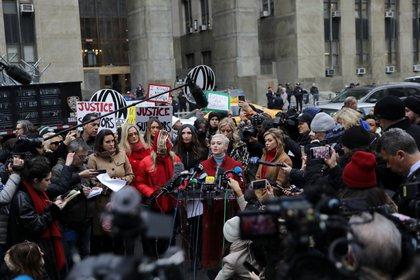 Rose McGowan con periodistas en Nueva York después de la condena de Harvey Weinstein (Reuters)