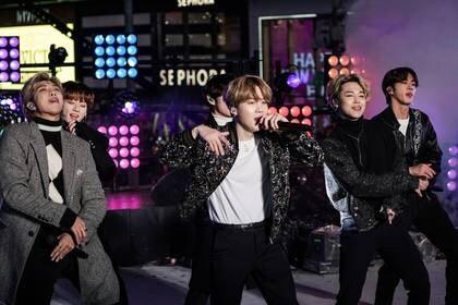 FOTO DE ARCHIVO. BTS se presenta durante las celebraciones de Nochevieja en Times Square, en el distrito de Manhattan, en Nueva York, EEUU. 31 de diciembre de 2019. REUTERS/Jeenah Moon.
