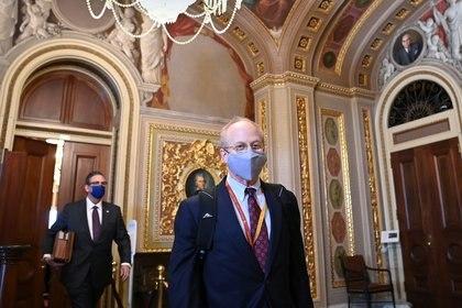 David Schoen y Bruce Castor, abogados del ex presidente de Estados Unidos, Donald Trump, caminan en la Sala de Recepción del Senado del Capitolio de Estados Unidos durante el tercer día del segundo juicio político de Trump en Washington, Estados Unidos, el 11 de febrero de 2021. REUTERS / Mandel Ngan