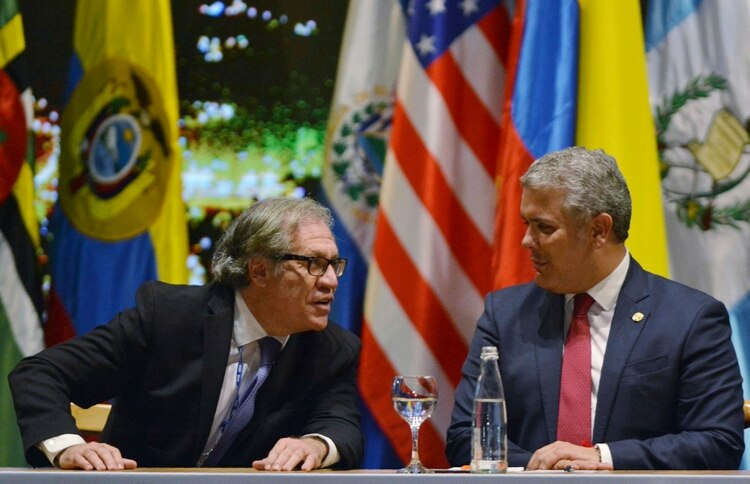 Luis Almagro e Iván Duque. (AP Photo/Luis Benavides)