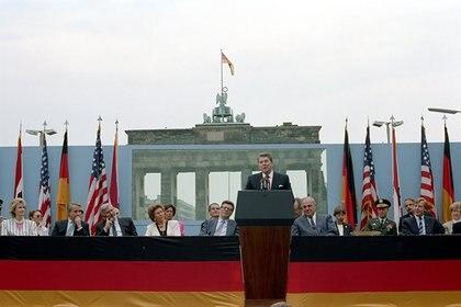 Ronald Reagan dando su famoso discurso frente a la Puerta de Brandenburgo, en Berlín, el 12 de junio de 1987.