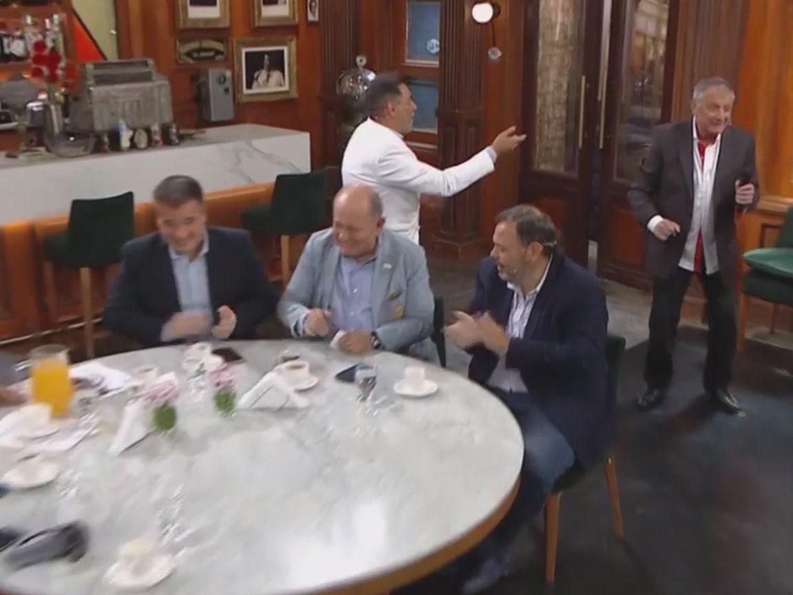 """La mesa, divertida junto a Gino Renni (Foto: """"Polémica en el bar"""")"""