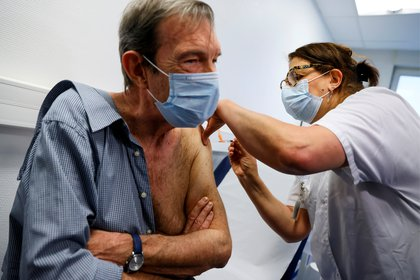 El cardiólogo francés Jean-Jacques Monsuez recibe una dosis de la vacuna