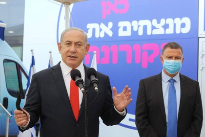 Benjamin Netanyahu y el ministro de Salud Yuli Edelstein visitan el hospital Maccabi, en Tel Aviv, Israel. Marc Israel Sellem/Pool via REUTERS