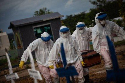 Trabajadores entierran a una persona fallecida por COVID-19 en el cementerio público Nossa Senhora Aparecida en Manaos, Amazonas (Brasil). EFE /RAPHAEL ALVES/Archivo