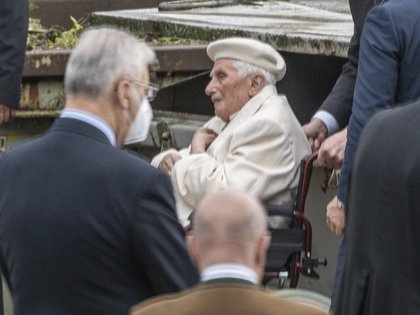 El traslado del papa emérito a la tumba de sus padres (AP)