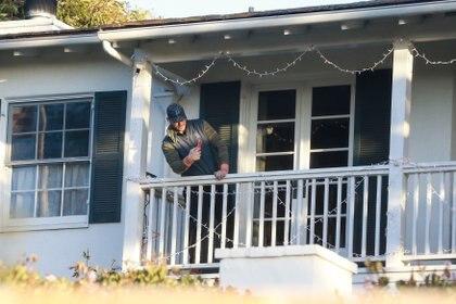 """Chris Pratt se prepara para Navidad. Después de terminar el rodaje de """"Jurassic Park"""", el actor regresó a su casa de Santa Mónica, en Los Ángeles, y decoró el exterior con luces de Navidad. Feliz con el trabajo realizado, probó que todo funcionara bien y tomó algunas fotografías con su celular"""