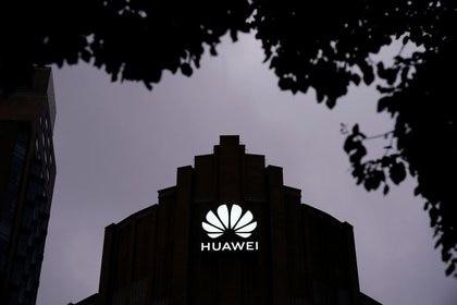 La fachada de la nueva tienda principal de Huawei el día antes de su apertura en Shanghai (REUTERS/Aly Song/Archivo)