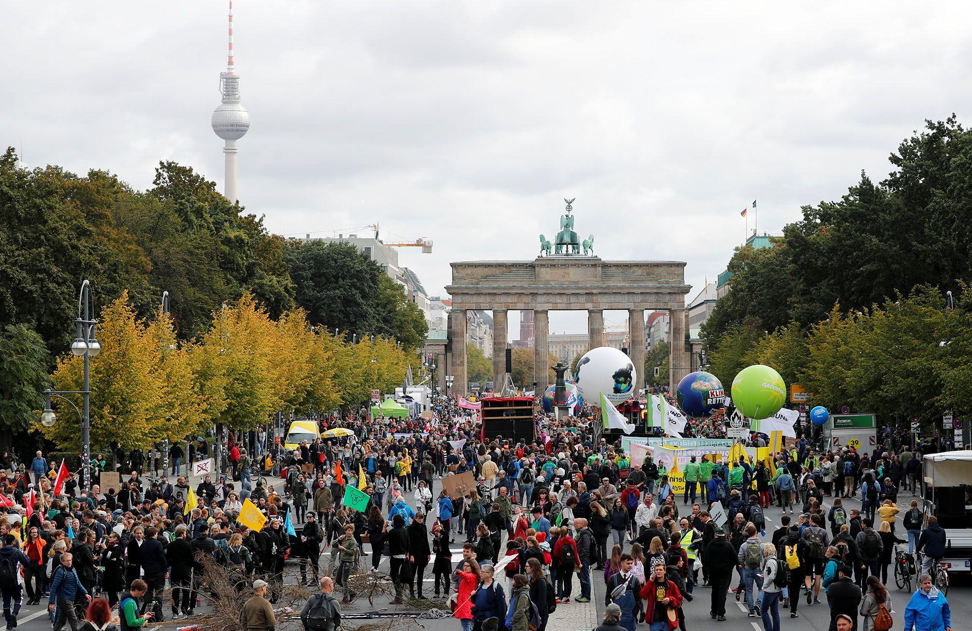 La gente se reúne frente a la Puerta de Brandenburgo para participar en la Huelga Climática Global del movimiento Viernes por el Futuro, en Berlín, Alemania, el 20 de septiembre de 2019 (REUTERS/Fabrizio Bensch)