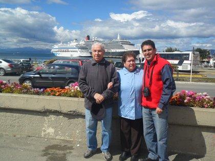 Claudia, Miriam y Hugo, uno de los hijos de él. Eran una pareja querida y respetada en la ciudad