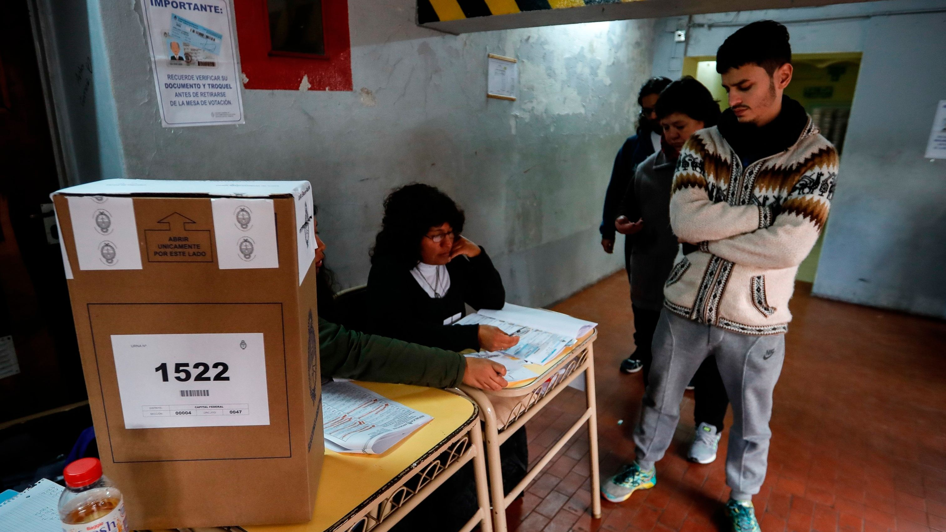 Personas hacen fila para votar en Buenos Aires (Argentina). EFE/Juan Ignacio Roncoroni/Archivo