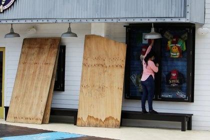 En Cancún, cubren tiendas para evitar daños por huracanes (Foto: Jorge Delgado / Reuters)
