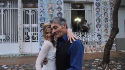 Regina Satz bailando frente a la fachada de la Escuela de Arte Inclán, en una de las escenas del film