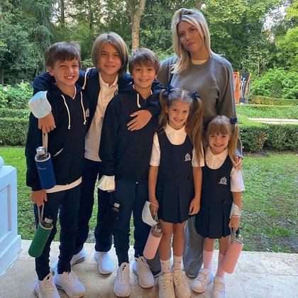 La modelo posa con sus cinco hijos en el arranque de las clases en su exclusiva mansión en París