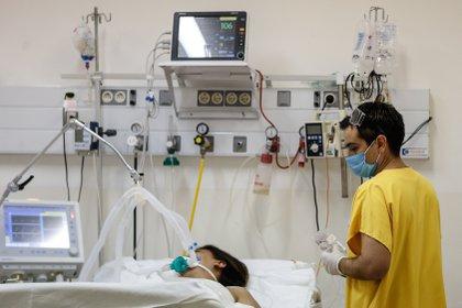 Un enfermero trabaja en la Unidad de Terapia Intensiva del Hospital de Agudos de Ezeiza, en la Provincia de Buenos Aires (Argentina). EFE/Juan Ignacio Roncoroni/Archivo