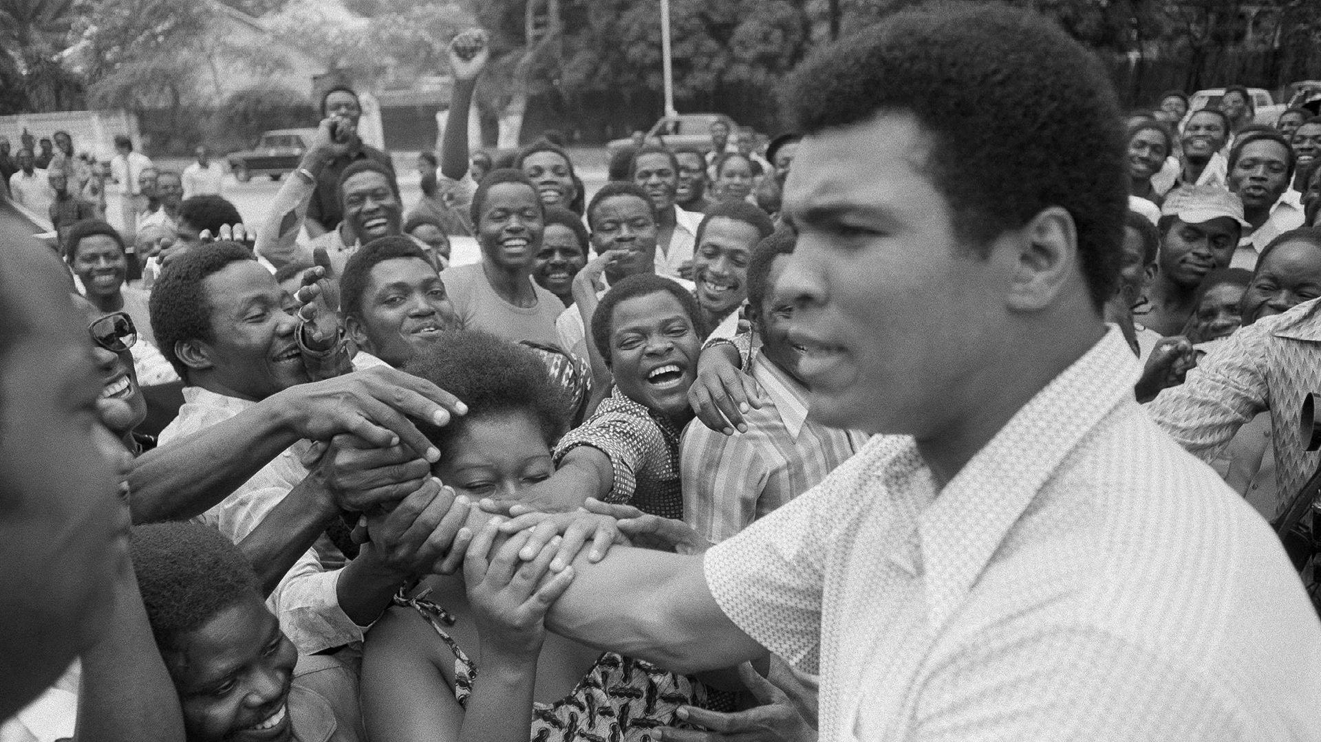 """Alí saluda a los lugareños en Kinshasa, donde fue local. Él mismo se definía como """"el negro de los negros"""" y a Foreman como """"el negro de los blancos"""". AP"""