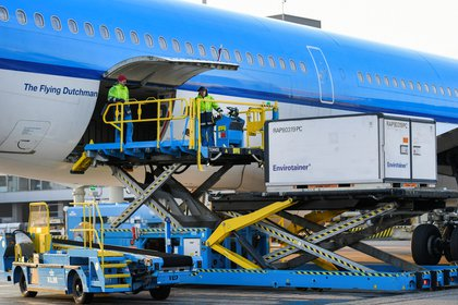 Cool boxes are being transported by airplane at the Schiphol Airport as Air France-KLM's cargo operations are preparing a massive logistical operation carrying new vaccines and vaccine candidates for COVID-19 through Amsterdam's Schiphol Airport, Netherlands November 25, 2020. Picture taken November 25, 2020. REUTERS/Piroschka van de Wouw