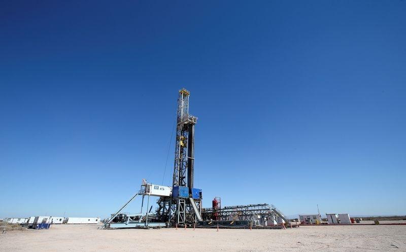 Una torre de perforación en el área de Vaca Muerta (REUTERS/Agustín Marcarian)