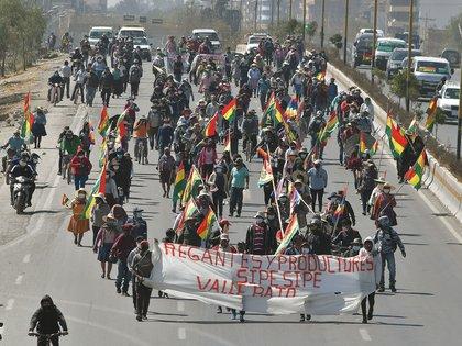 Manifestantes marchan en una protesta contra el aplazamiento de las elecciones generales, el lunes en Cochabamba (Bolivia). EFE