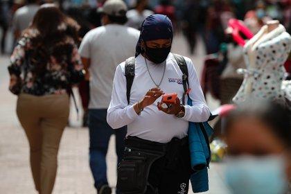 Una persona revisa su celular en las calles de Quito (Ecuador). EFE/ José Jácome/Archivo