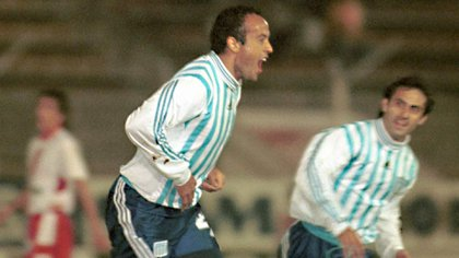 El delantero festejando un gol a Huracán antes de recibir el abrazo de Diego Latorre Foto: Fotobaires