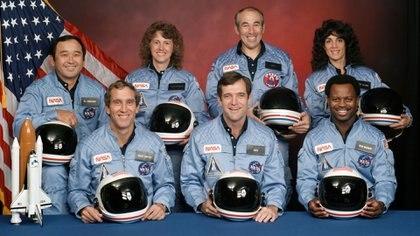 """La tripulación completa del Challenger. Arriba: Ellison S. Onizuka, la maestra Christa McAuliffe, Gregory Jarvis, Judith A. Resnik. Abajo: Mike J. Smith, el comandante Francis """"Dick"""" Scobee; y Ronald E. McNair.  162"""