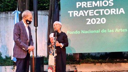 Fiterman recibe su diploma en manos de Gachi Pietro, el pasado diciembre