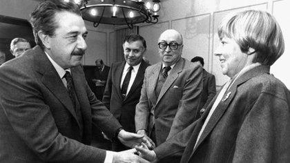 María Elena Walsh y el saludo con el entonces presidente Raúl Alfonsín