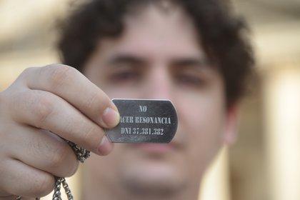 """La placa que lleva colgada Sebastián desde el día que le gatillaron en la cabeza. Dice: """"No hacer resonancias"""", porque eso podría mover la bala (Foto/Matías Arbotto)"""