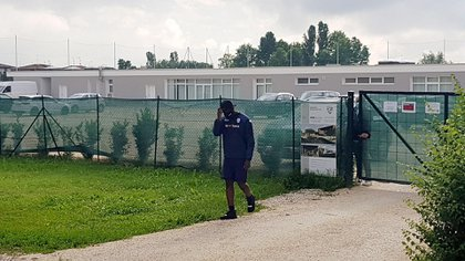 El contrato del delantero sería rescindido de manera unilateral por el cuadro italiano (EFE/EPA/SIMONE VENEZIA)