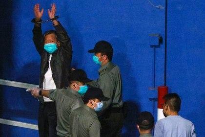 El activista prodemocracia Lee Cheuk-yan levanta las manos mientras llega al Centro de Recepción de Lai Chi Kok en una furgoneta de la prisión tras ser condenado por reunión no autorizada, en Hong Kong el 16 de abril de 2021. REUTERS/Tyrone Siu
