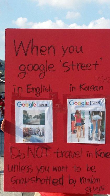 """Protesta contra el """"molka"""": cuando se busca la palabra 'calle' en inglés, hay imágenes de calles; cuando se busca la palabra en coreano, hay imágenes de partes de cuerpos femeninos tomadas en la calle"""