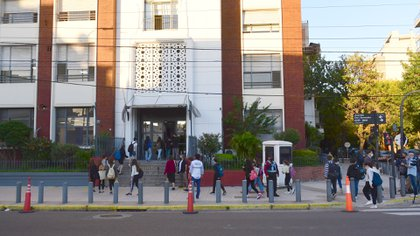 ORT, en el barrio de Belgrano. Es uno de los colegios con clases presenciales. Los padres acompañaron con un aplauso simbólico (Foto: Maximiliano Luna)