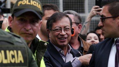 """""""Si quemas un CAI, te derrotan. Si logras que un policía te abrace, triunfas"""": Gustavo Petro"""