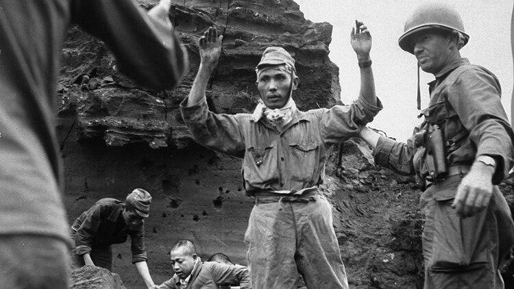 Un soldado se rinde ante las tropas estadounidenses. Las rendiciones era un fenómeno muy excepcional, y por lo general los japoneses peleaban hasta la muerte