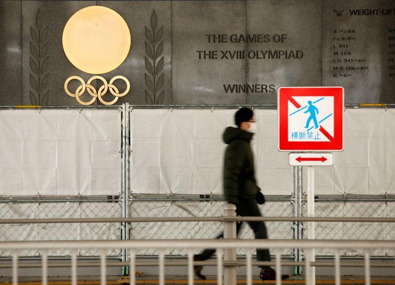 Los anillos olímpicos se ven fuera del Estadio Nacional, la sede principal de los Juegos Olímpicos y Paralímpicos de 2020 en Tokio, Japón, 8 enero 2021. REUTERS/Issei Kato