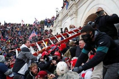 Una turba de seguidores del presidente Donald Trump irrumpe en el Capitolio en Washington, EEUU. 6 enero 2021 (REUTERS/Shannon Stapleton)